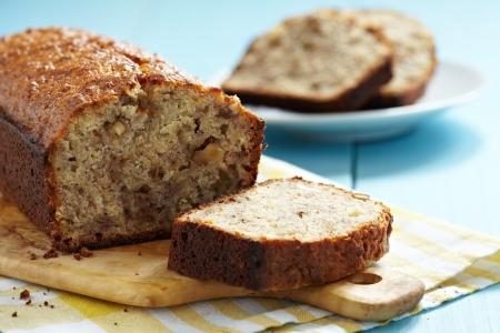 rebanada de pastel: Pan de banana en rodajas con nueces