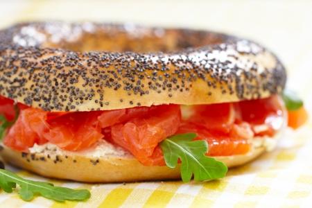 salmon ahumado: Bagel y salmón ahumado Foto de archivo
