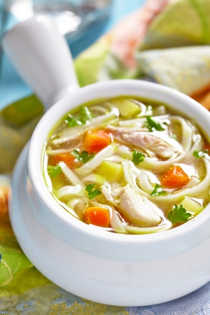 sopa de pollo: Sopa de fideos con pollo