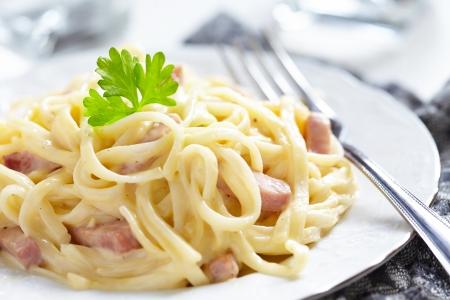 perejil: Pasta Carbonara con jamón y queso Foto de archivo