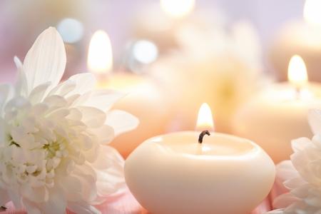 Ð¡andles and flowers on wooden table Zdjęcie Seryjne