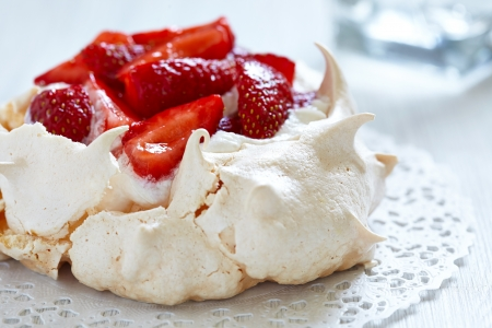 Strawberry pavlova taart