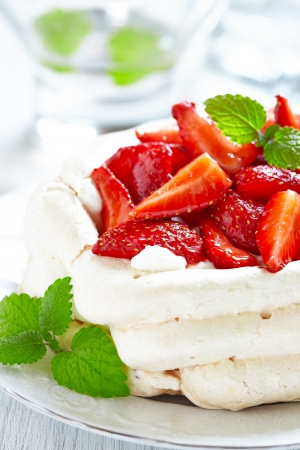 Strawberry pavlova cake Imagens