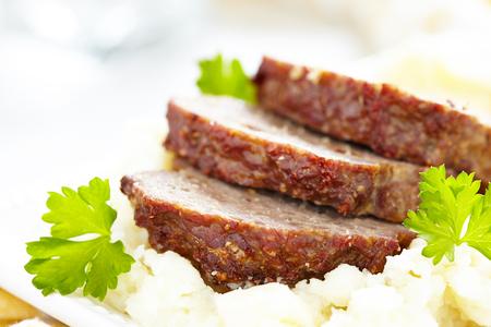 albondigas: Pastel de carne con salsa marrón en puré de patatas