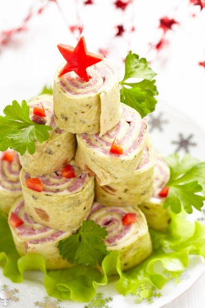 cena de navidad: S�ndwich de tortilla envuelto en Navidad Foto de archivo