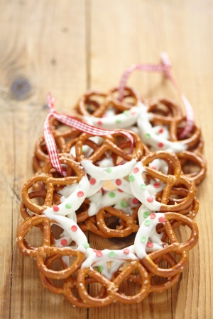 christmas cracker: Christmas Decoration with chocolate covered pretzels wreath