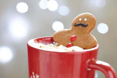 Peperkoek cookie mannen in een hete kop cappuccino