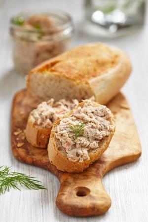 Salmon and soft cheese spread on bread Zdjęcie Seryjne