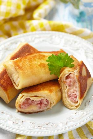 jamon y queso: Crepes con jamón y queso Foto de archivo