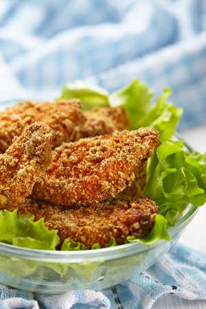 nuggets pollo: Nuggets de pollo hecho en casa de panadería en la miga cursi