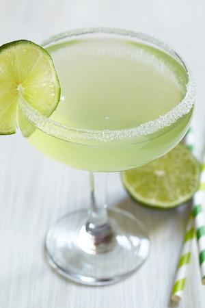 coctel margarita: cóctel margarita con cal en el cuadro blanco