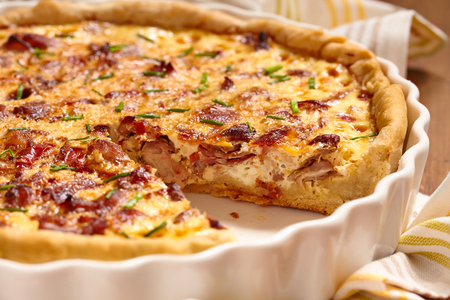 cebolla roja: Pastel de Savory con pollo, tocino, cebolla y pimiento Foto de archivo