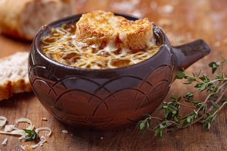 pasteleria francesa: Sopa de cebolla franc�s en la mesa de madera r�stica Foto de archivo