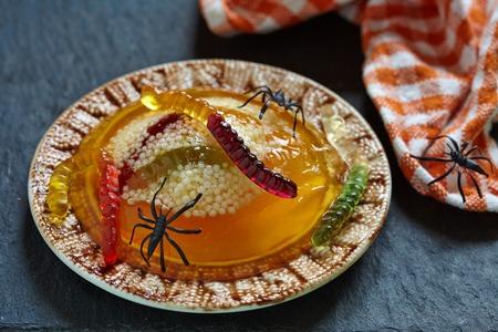 gelatina: Gusano Spooky y araña Nidos con naranja y tapioca Foto de archivo