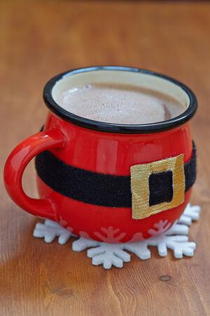 cioccolato natale: Babbo pancia. Tazze rosse con cioccolata calda e marshmallows