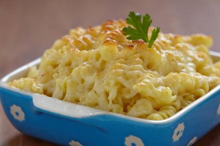 macarrones: Al horno macarrones y queso en un plato para hornear Foto de archivo