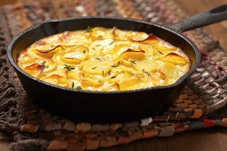 potato: khoai tây nghiền trong một chảo sắt mộc mạc