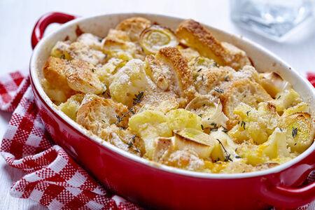 coliflor: Cazuela con coliflor, puerros, pan y queso Foto de archivo