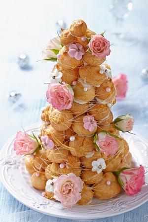 Croquembouche mit rosa und weißen Zuckerguss Rosen Standard-Bild - 35836165