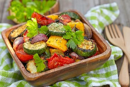 zapallo italiano: A la parrilla ensalada de verduras con calabac�n, berenjena, cebolla, pimientos y tomate Foto de archivo