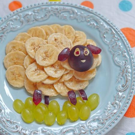 frutas divertidas: Ovejas divertidas forma de aperitivos para el almuerzo los niños Foto de archivo