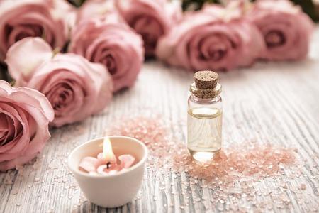 rosas rosadas: Tema del balneario con velas y flores sobre fondo de madera