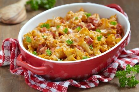 파스타 캐서롤 치즈와 햄 토마토와 크림 소스 스톡 콘텐츠