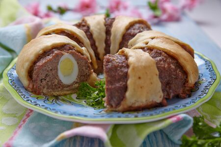 pastel de carne: Anillo de pan con carne rellenos huevos de Pascua