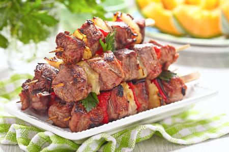 Kebab a la parrilla con pimiento rojo y piña