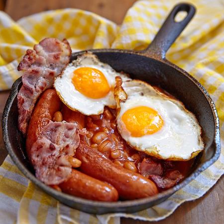 huevos fritos: Desayuno Inglés en una sartén de hierro fundido
