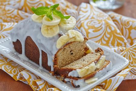 porcion de torta: Pan de plátano con chispas de chocolate en mesa de madera