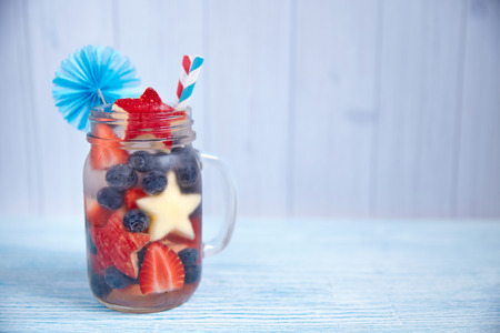 coctel de frutas: C�ctel Patri�tica bebida con fresa, ar�ndano y manzana Foto de archivo