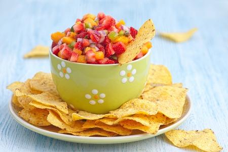 bailar salsa: Fresh mango salsa de fresa con hojuelas de ma�z Foto de archivo