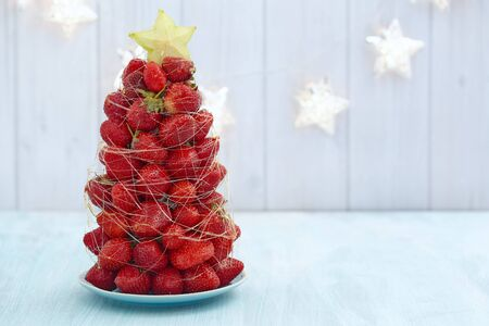 the strawberry: Strawberry Christmas tree with star fruit and caramel