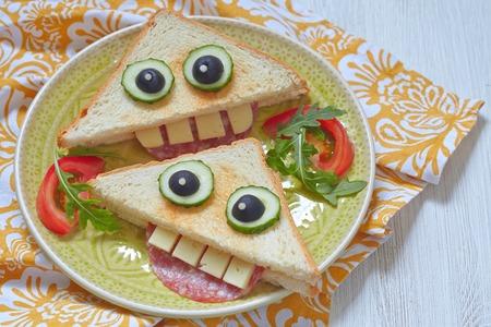 aliments droles: Drôle sandwich pour le déjeuner des enfants sur une table