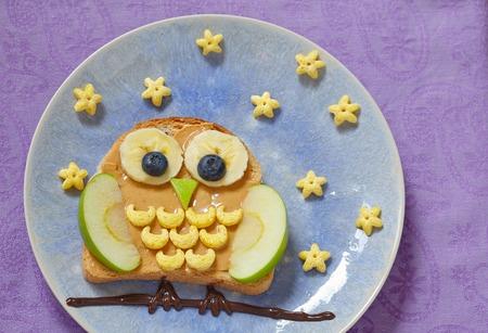 sowa: Sowa kanapka z masłem orzechowym i owoców dla dzieci