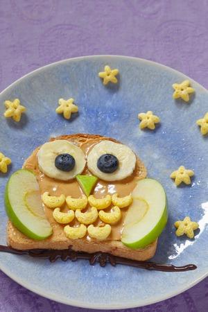 aliments droles: Owl sandwich avec du beurre d'arachide et les fruits pendant les enfants