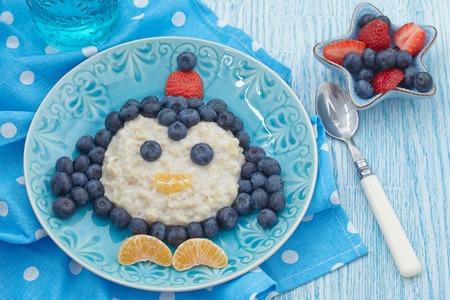 Funny kids breakfast porridge with fresh berries Stockfoto