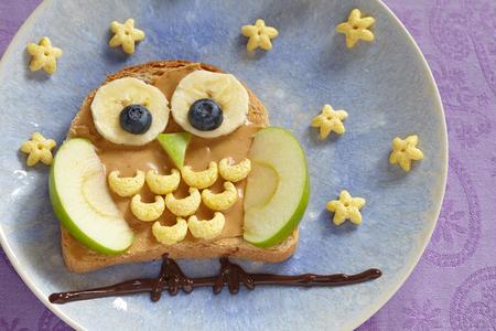 bocadillo: Sándwich de búho con mantequilla de maní y frutas por un niños