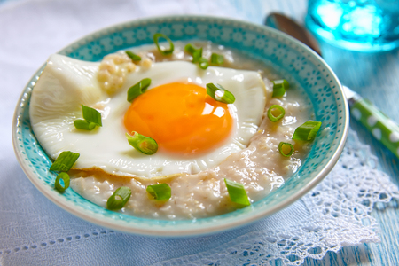 oats: Savoury oatmeal porridge with cheese, fried egg and green onion