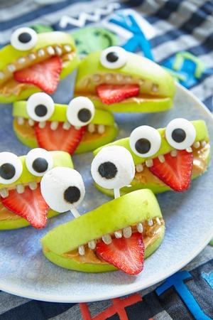 frutas divertidas: Spooky monstruos manzana verde para la fiesta de Halloween
