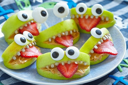 food healthy: Spooky green apple monsters for Halloween party