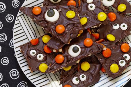 chocolate melt: Salato Halloween Mostro cioccolato o mandorla Bark Archivio Fotografico