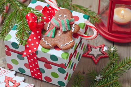 Christmas Decorations met Gingerbread man en Gift Box Stockfoto