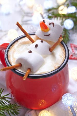 aliments droles: Tasse rouge avec du chocolat chaud fondu avec bonhomme de neige de guimauve