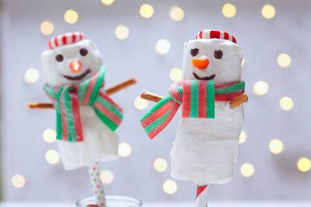 cioccolato natale: Il cioccolato bianco immerso marshmallow pupazzo di neve per Natale