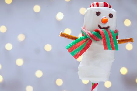 cioccolato natale: White chocolate dipped marshmallow snowman for Christmas