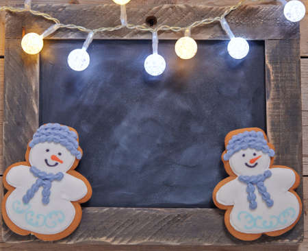 galleta de jengibre: Christmas decoration with chalkboard and gingerbread snowman