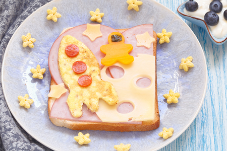 niños comiendo: sándwich divertida con el cohete y un astronauta en la luna de queso