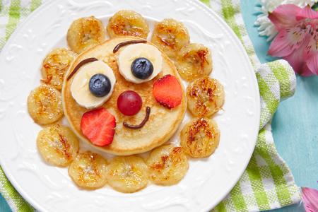 petit dejeuner: petit déjeuner crêpes drôles avec des fruits pour les enfants